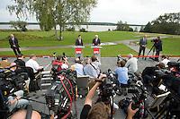 07 SEP 2008, WERDER/GERMANY:<br /> Hubertus Heil (L), SPD Generalsekretaer, und Frank-Walter Steinmeier (R), SPD, Bundesaussenminister, und Journalisten, waehrend einer Pressekonferenz  zur Klausurtagung der SPD Parteispitze in deren Verlauf Steinmeier den Ruecktritt von K urt B eck und seinen Antritt als Kanzlerkandidat zur Bundestagswahl 2009 bekannt gibt, Hotel Seaside Garden Schwielowsee<br /> IMAGE: 20080907-01-071<br /> KEYWORDS: Kamera, Camera