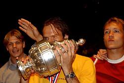 02-06-2003 NED: Huldiging bekerwinnaar FC Utrecht, Utrecht<br /> De spelers en de technische staf kregen een rondrit door de stad in een open Engelse dubbeldekker. Om 20.30 uur keert de stoet terug in Galgenwaard en zal in het stadion de officiële huldiging plaatsvinden / Arco Jochemsen, Dave van den Bergh, Igor Gluscevic