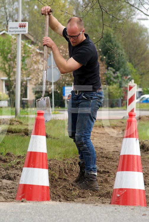 OUDLEUSEN - Wandelpad aanleg.<br /> Foto: Patrick van de Linden, medewerker van de gemeente Dalfsen is druk in de weer met het uitgraven van het pad.<br /> FFU PRESS AGENCY COPYRIGHT FRANK UIJLENBROEK