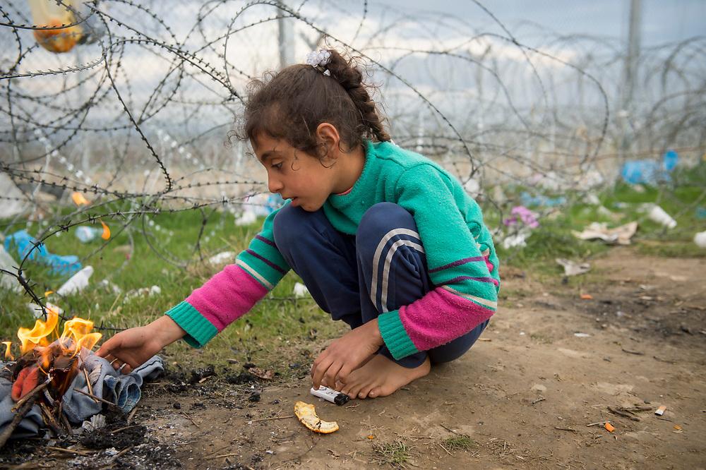 March 3, 2016, Idomeni, Greece. A young Syrian refugee camps  at the border wirh Macedonia at the Idomeni border crossing. 12.000 refugees are stuck at the Idomeni border crossing in Greece  after Macedonia closed the border. On 18 March 2016, the EU and Turkey agreed on a  plan to send migrants back to Turkey.  Those already in Greece wait until countries share the 40,000 asylum seekers in Greece among the EU.<br /> <br /> <br /> 3 mars 2016, Idomeni, Grèce. Une jeune réfugiée syrienne à Idomeni à la frontière avec la Macédoine. 12.000 réfugiés sont bloqués dans ce camp après que la Macédoine a fermé sa frontière avec la Grèce en Janvier 2016. Le 18 Mars 2016, l'UE et la Turquie ont convenu d'un accord pour renvoyer des migrants vers la Turquie. Ceux qui sont déjà en Grèce attendent pour que les pays de l'Union européenne se partagent les 40.000 demandeurs d'asile bloqués en Grèce.