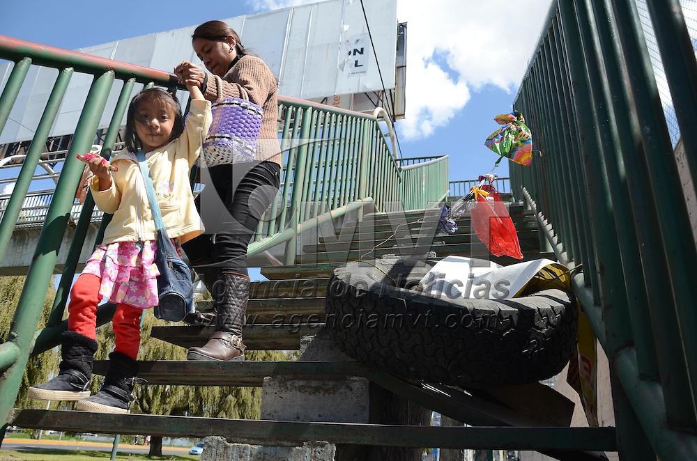 Toluca, México (Octubre 26, 2016).- Con una llanta y plásticos sobrepuestos, es como vecinos adviertnen a los peatones de varios escalones en mal estado de este puente peatonal, imagen hecha en Av. Pacífico esquina con calle ayuntamiento de la delegación de Cacalomacan. Agencia MVT / Arturo Hernández.