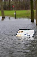 KERKDRIEL - Door de hoge waterstand van de Maas staat de 9-holes baan van Golfclub De Dorpswaard in Kerkdriel voor een groot deel onder water. holebord. COPYRIGHT KOEN SUYK