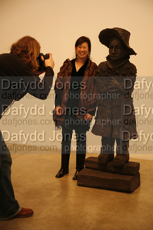 Anne Chu, ANNE CHU EXHIBITION PRIVATE VIEW, VICTORIA MIRO GALLERY, LONDON., 8 APRIL 2006. ONE TIME USE ONLY - DO NOT ARCHIVE  © Copyright Photograph by Dafydd Jones 66 Stockwell Park Rd. London SW9 0DA Tel 020 7733 0108 www.dafjones.com