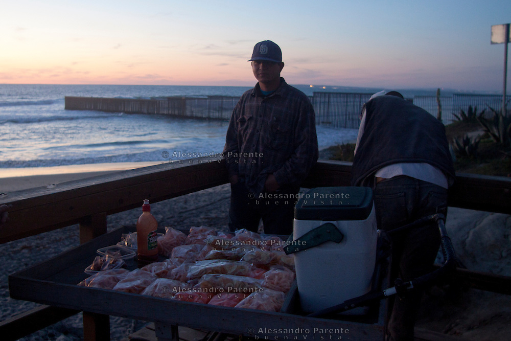 Alcuni migranti vendono patatine per poter sopravvivere nell'attesa di attraversare la frontiera.