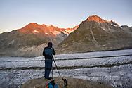 Fotograf über dem Grossen Aletschgletscher mit Olmenhorn und Blick ins Mittelaletsch, Fiesch, Wallis, Schweiz<br /> <br /> Photographer above the Great Aletsch Glacier with Olmenhorn and a view of the Mittelaletsch, Fiesch, Valais, Switzerland