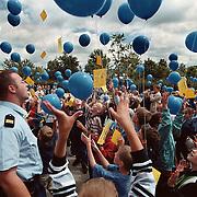 Start buro verkeershandhaving politie bij school de Ark in Huizen, ballonnen oplaten door kinderen