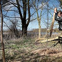 Nederland, Almere, 30 maart 2015.<br /> Rens Spanjaard initiator Weerwoud kijkt vanuit een toren op het eiland Utopia nabij Almere uit over het voedselbos.<br /> VOEDSELBOS OP UTOPIA<br /> We leggen een voedselbos aan op ons eiland. Van boom tot kruid en weer terug, alles is erop ingericht om een zo gezond en divers mogelijk bos neer te zetten dat zoveel mogelijk voedsel produceert. Wij zorgen ervoor dat je in 2022 kunt dwalen en verdwalen in een bos vol noten, appels, aardbeien en eindeloos veel ander lekkers. Om te plukken en van te genieten.<br /> Om in 2022 een voedselbos te hebben, planten we het nu al aan. Tijdens de Floriade is ons Weerwoud dan jong volwassen en vol in productie, en laat het je zien hoe een natuurlijk ecosysteem ons van voedsel kan voorzien.<br /> De Urban Greeners Rens en Koen zijn het tweespan achter het Weerwoud. Ze worden versterkt door twee voedselbosexperts van Food Forestry Nederland: Wouter Eck en Xavier San Giorgi. Ook zijn er studenten van CAH Vilentum die meedenken en helpen om er een leefbaar bos van te maken, door bijvoorbeeld onderzoek te doen.<br /> Op de foto: Rens maakt een gat in de grond om nieuwe boompjes te planten voor het voedselbos.<br /> Foto:Jean-Pierre Jans