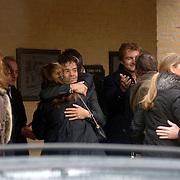 NLD/Driehuis/20060408 - Uitvaart Frederique Huydts, familie en vrienden, Victor Reinier, Paulette Schröder kust haar broer Marc