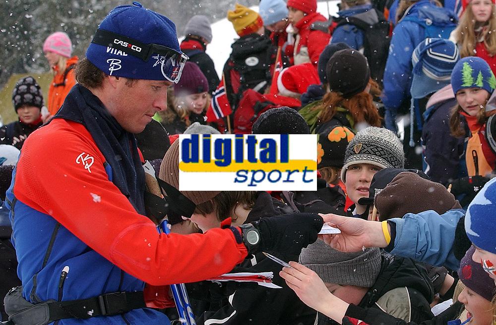 NM 2006 skiskyting sprint menn Trondheim<br /> Frode Andresen var dene eneste som tok seg tid til å skrive autografer<br /> Foto: Carl-Erik Eriksson, Digitalsport