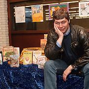 Schrijver Mick Schooneveld in de bieb 3 in 1 Huizen
