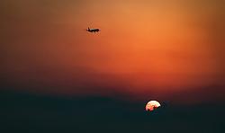 THEMENBILD - Silhouette eines Flugzeugs bei seinem Landeanflug bei Sonnenaufgang über dem Mittelmeer an einem heissen Sommertag, aufgenommen am 17. August 2018 in Larnaka, Zypern // Silhouette of an airplane during its landing approach at sunrise over the Mediterranean sea on a hot summer Day, Larnaca, Cyprus on 2018/08/17. EXPA Pictures © 2018, PhotoCredit: EXPA/ JFK