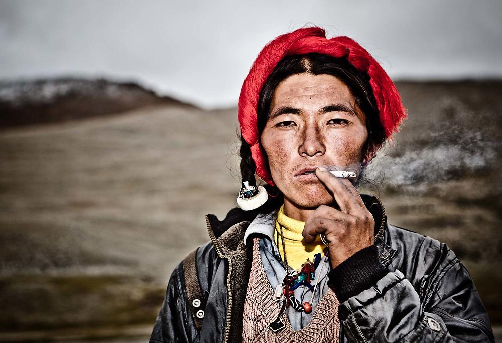 TIBETAN PORTER   CHO OYU BASE CAMP   TIBET