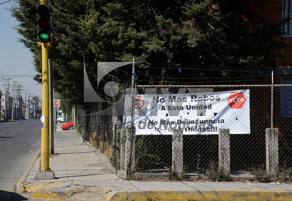 """Toluca, México.- Vecinos de la unidad habitacional Fidel Velázquez  colocaron una manta en donde manifiestan su inconformidad por la ola de robos y asaltos que se han registrado en el lugar, y dicen  """"No más delincuencia, Vecinos Unidos"""". Agencia MVT / Crisanta Espinosa"""