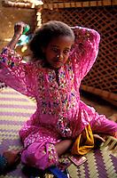"""Pakistan - """"Shiddis """", esclaves de l'empire des Indes - C'est à Mango Pir, mausolée d'un saint soufi du XIII éme siècle, situé à l'extérieur de Karachi que cette communauté noire, tiraillée entre ses racines africaines animistes et son identité musulmane pakistanaise, se retrouve et s'épanouit. Ils campent autour du mausolée dans des abris de fortune - Groupe de fillettes Shiddi - Fillette se preparant à prendre part à la procession // Pakistan, Shiddi, the black of Pakistan with African origine"""