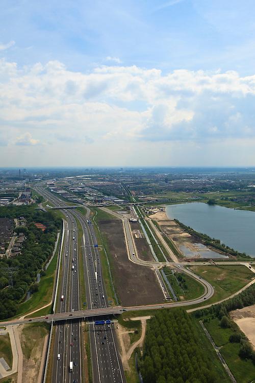 Nederland, Utrecht, Maarssen, 13-05-20011; de nieuwe en verbrede Rijksweg A2 ter hoogte van Maarssen. Links het nieuwe geluidsscherm, van beton en aluminium(architect Alette van Aalst) en Maarssenboek. Op het tweede plan bedrijventerreinen van Lage Weide (l) en de Haarrijnseplas. Aan de horizon Leidsche Rijn. .The new (widened) highway A2 at near Maarssen. New noise barrier (l), made of concrete and aluminum (architect Alette van Aalst). Second plan the business park of Lage Weide.  On the horizon the skyline of Leidsche Rijn..luchtfoto (toeslag), aerial photo (additional fee required).foto/photo Siebe Swart