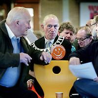 Nederland, Amsterdam , 29 november 2009..Cordaan, een grote zorgaanbieder in Amsterdam e/o, kwam recent meermaals negatief in het nieuws. Niet zomaar, zo blijkt. Er werden meldpunten opgezet door derden. Een groep cliënten, verwanten en medewerkers van Cordaan heeft vervolgens de handen ineen geslagen om tot actie te komen..Om 15.00 uur willen wij, een groep bezorgde cliënten, verwanten en .werknemers van Cordaan, plannen presenteren voor betere zorg en een betere werkomgeving bij Cordaan tijdens een bijeenkomst in Nova College Amsterdam. .Er wordt een manifest openbaar gemaakt en er komen diverse sprekers. Nelis helpt (m).