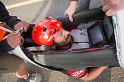 Todd Reichert finisht op de zesde racedag. In Battle Mountain (Nevada) wordt ieder jaar de World Human Powered Speed Challenge gehouden. Tijdens deze wedstrijd wordt geprobeerd zo hard mogelijk te fietsen op pure menskracht. Ze halen snelheden tot 133 km/h. De deelnemers bestaan zowel uit teams van universiteiten als uit hobbyisten. Met de gestroomlijnde fietsen willen ze laten zien wat mogelijk is met menskracht. De speciale ligfietsen kunnen gezien worden als de Formule 1 van het fietsen. De kennis die wordt opgedaan wordt ook gebruikt om duurzaam vervoer verder te ontwikkelen.<br /> <br /> Todd Reichert finishes on the sixth racing day. In Battle Mountain (Nevada) each year the World Human Powered Speed Challenge is held. During this race they try to ride on pure manpower as hard as possible. Speeds up to 133 km/h are reached. The participants consist of both teams from universities and from hobbyists. With the sleek bikes they want to show what is possible with human power. The special recumbent bicycles can be seen as the Formula 1 of the bicycle. The knowledge gained is also used to develop sustainable transport.