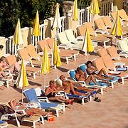 Miss Nederland 2003 reis Turkije, Alanya, mensen aan het zwembad, zonnend