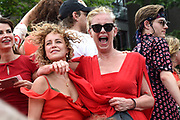 De jaarlijkse Canal Parade is onderdeel van de Amsterdam Gay Pride. Tijdens dit evenement vieren lesbiennes, homos, biseksuelen en transgenders (LHBT) dat ze mogen zijn wie ze zijn en mogen houden van wie ze willen. <br /> <br /> The annual Canal Parade is part of the Amsterdam Gay Pride. During this event lesbians, homosexuals, bisexuals and transgenders (LGBT) celebrate that they can be who they are and are allowed to love who they want.<br /> <br /> Op de foto / On the photo:  Beaudil Elzenga en Jette van der Meij