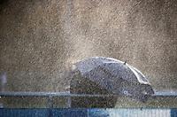 AMSTELVEEN -  met paraplu het sproeien in de rust  trotseren langs de lijn. Pinoke-Wageningen (2-0)  , Overgangsklasse hockey dames. COPYRIGHT KOEN SUYK