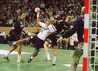 Håndball/Handball: v.l.: Gueric KERVADEC Magdeburg, Magnus WISLANDER THW, Christian SCHØ…NE<br />THW Kiel - SC Magdeburg 30:28