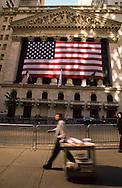 New York. Stock exchange, covered with a giant american  Flag Manhattan  New york  Usa / la facade  de la bourse La Bourse couverte d'un drapeau americain geant,  Manhattan  New york  USA