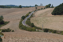 The peloton approach at Strade Bianche - Elite Women 2020, a 136 km road race starting and finishing in Siena, Italy on August 1, 2020. Photo by Sean Robinson/velofocus.com