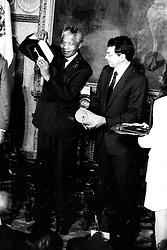 Dec. 5, 2013 - Mexico - G05121324. JPG.M...XICO, D.F. Leader/ Líder-Mandela.- El líder contra la segregación racial en Sudáfrica y primer presidente negro de ese país, Nelson Mandela, quien falleció hoy jueves a los 95 años de edad, visitó México en julio de 1991, donde recibió las Llaves de la Ciudad, que le fueron entregadas por el aquél entonces regente del Distrito Federal, Manuel Camacho Solís. Foto: Archivo Agencia EL UNIVERSAL/ RML  (Credit Image: © El Universal/ZUMAPRESS.com)