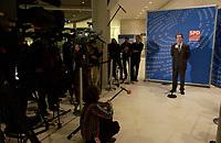 18 DEC 2003, BERLIN/GERMANY:<br /> Franz Muentefering, SPD Fraktionsvorsitzender, gibt ein kurzes Pressestatement, waehrend der SPD Fraktionsitzung, Deutscher Bundestag<br /> IMAGE: 20031218-01-056<br /> KEYWORDS: Journalist, Mikrofon, microphone, Journalisten, Franz Müntefering