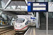 Nederland, Arnhem, 10-12-2015Treinen staan op het centraal station. Reizigers vertrekken of komen aan op het perron. De ICE hogesnelheidstrein uit Duitsland staat klaar om te vertrekken. Hij is gemaakt door Siemens.FOTO: FLIP FRANSSEN/ HH