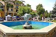 Mazury, 2006-05-07. Pomnik Króla Sielaw, fontanna na Placu Wolności w Mikołajkach