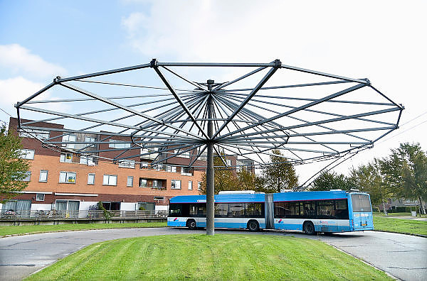 Nederland, Arnhem, 15-10-2014Trolleybus op het keerpunt in nieuwbouwwijk van Arnhem.Het Gemeentelijk Vervoerbedrijf (GVB) in Amsterdam overweegt vanaf 2017 ook te gaan rijden met de trolleybus. Algemeen directeur Alexandra van Huffelen van het GVB vindt de trolleybus 'helemaal geen gek idee' en overweegt een aantal exemplaren aan te schaffen als over 3 jaar een deel van de Amsterdamse vloot aan vervanging toe isOpenbaar vervoer, milieuvriendelijk vervoer, groene stroomFoto: Flip Franssen/Hollandse Hoogte