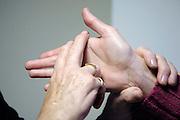 Nederland, Nijmegen, 28-10-2010Een doof-blinde vrouw woont thuis bij haar moeder en beschikt over moderne hulpmiddelen, zoals een computer, een leesloupe en een trilwekker in bed. Gebarentaal, letter HFoto: Flip Franssen