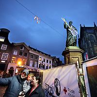 """Nederland, Haarlem , 17 december 2014.<br /> De voorbereidingen voor 3FM Serious Request in Haarlem zijn in volle gang.<br /> Op de grote markt maakt een gezinnentje een """"selfie"""" voor het beeld van Laurens Janszoon Coster, dat in het kader van Gitaarlem en 3FM Serious Request voorzien is van een prachtige Lichtsculptuur van lichtkunstenaar Alain Timmers, in opdracht van Stichting Haarlem Lichtstad.<br /> Foto:Jean-Pierre Jans"""