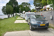 Nederland, Slijk-Ewijk, 3-6-2013Op camping De Grote Altena is men bezig de caravans die dicht aan het water staan te verplaatsten vanwege het verwachte hoogwater in de Waal.Foto: Flip Franssen/Hollandse Hoogte