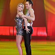 NLD/Hilversum/20110304 - Sterren Dansen op het IJs show 6, Vivian Reijs met Holiday on Ice danser