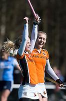 AMSTELVEEN - HOCKEY - Lisa Scheerlinck van OZ heeft gescoord  tijdens de hoofdklasse hockeywedstrijd tussen de vrouwen van Hurley en Oranje-Zwart.  COPYRIGHT KOEN SUYK
