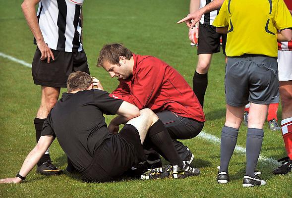 Nederland, Nijmegen, 17-4-2011Een grensrechter bij een wedstrijd bij de amateurs wordt door een verzorger behandeld nadat hij door een van de veldspelers is belaagd. De scheidsrechter probeert de gemoederen te kalmeren.(en slaagt daarin).Foto: Flip Franssen/Hollandse Hoogte