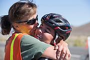 Teagan Patterson wordt gefeliciteerd door haar moeder na een geslaagde run. In Battle Mountain (Nevada) wordt ieder jaar de World Human Powered Speed Challenge gehouden. Tijdens deze wedstrijd wordt geprobeerd zo hard mogelijk te fietsen op pure menskracht. Ze halen snelheden tot 133 km/h. De deelnemers bestaan zowel uit teams van universiteiten als uit hobbyisten. Met de gestroomlijnde fietsen willen ze laten zien wat mogelijk is met menskracht. De speciale ligfietsen kunnen gezien worden als de Formule 1 van het fietsen. De kennis die wordt opgedaan wordt ook gebruikt om duurzaam vervoer verder te ontwikkelen.<br /> <br /> Taegan Patterson is gratulated by her mother after a successful run. In Battle Mountain (Nevada) each year the World Human Powered Speed ??Challenge is held. During this race they try to ride on pure manpower as hard as possible. Speeds up to 133 km/h are reached. The participants consist of both teams from universities and from hobbyists. With the sleek bikes they want to show what is possible with human power. The special recumbent bicycles can be seen as the Formula 1 of the bicycle. The knowledge gained is also used to develop sustainable transport.
