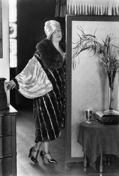 Pepita Bobadilla, actress in fur coat, 1919