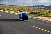 De Bluenose rijdt over de baan. In Battle Mountain (Nevada) wordt ieder jaar de World Human Powered Speed Challenge gehouden. Tijdens deze wedstrijd wordt geprobeerd zo hard mogelijk te fietsen op pure menskracht. De deelnemers bestaan zowel uit teams van universiteiten als uit hobbyisten. Met de gestroomlijnde fietsen willen ze laten zien wat mogelijk is met menskracht.<br /> <br /> In Battle Mountain (Nevada) each year the World Human Powered Speed Challenge is held. During this race they try to ride on pure manpower as hard as possible.The participants consist of both teams from universities and from hobbyists. With the sleek bikes they want to show what is possible with human power.