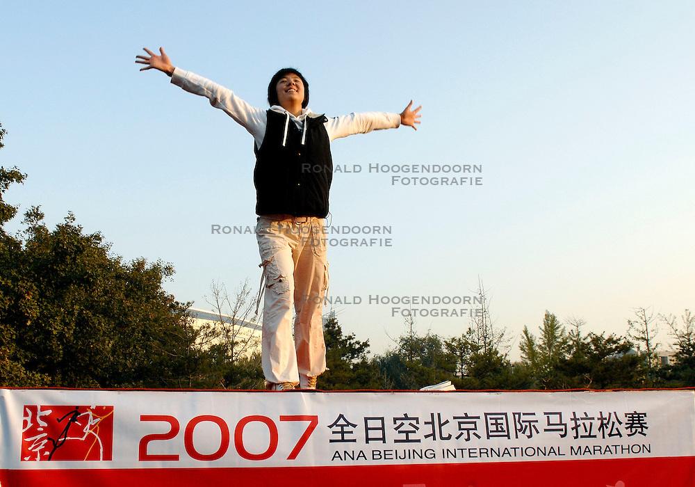 21-10-2007 ATLETIEK: ANA BEIJING MARATHON: BEIJING CHINA<br /> De Beijing Olympic Marathon Experience georganiseerd door NOC NSF en ATP is een groot succes geworden / Vooraf nog even een Tai Chi les<br /> ©2007-WWW.FOTOHOOGENDOORN.NL