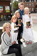 Boekpresentatie Huisje Boompje Buikje - Bastiaan Ragas  in Cafe Gruter, Amsterdam.  De nieuwe verhalenbundel is een pleidooi voor de ouwe lul 2.0<br /> <br /> op de foto:  Tooske Ragas met dochters Leentje, Feline Hanneke , Catoo en Sem Ragas