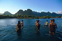 Laos, Vang Vieng, Bain dans la riviere Nam Song. // Laos, Viangchan Province, Vang Vieng, Nam Song river