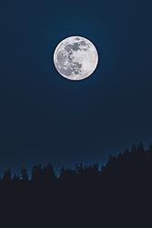 THEMENBILD - der Supermond über den Bergen, aufgenommen am 07. April 2020 in Kaprun, Österreich // the super moon over the mountains, Kaprun, Austria on 2020/04/07. EXPA Pictures © 2020, PhotoCredit: EXPA/ JFK
