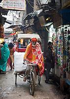 DELHI - fietsen door de straten van Old Delhi.ANP KOEN SUYK