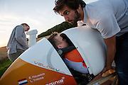 Robert Braam probeert of hij in de VeloX V past.  In september wil het Human Power Team Delft en Amsterdam, dat bestaat uit studenten van de TU Delft en de VU Amsterdam, een poging doen het wereldrecord snelfietsen te verbreken, dat nu op 133,8 km/h staat tijdens de World Human Powered Speed Challenge.<br /> <br /> Robert Braam tries if he fits in the VeloX V. With the special recumbent bike the Human Power Team Delft and Amsterdam, consisting of students of the TU Delft and the VU Amsterdam, also wants to set a new world record cycling in September at the World Human Powered Speed Challenge. The current speed record is 133,8 km/h.