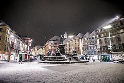 22.02.2018, Hauptplatz, Graz, AUT, Schneefall in Graz, im Bild das verschneite Erzherzog-Johann Denkmal am Hauptplatz vor dem Schloßberg mit Uhrturm bei Nacht, EXPA Pictures © 2018, PhotoCredit: EXPA/ Erwin Scheriau