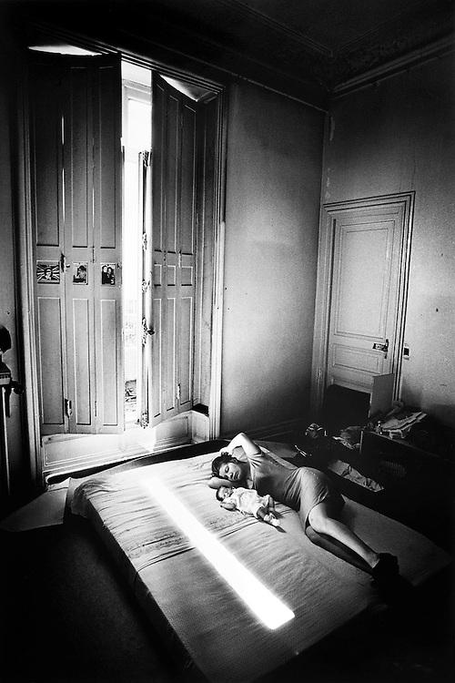 Paris, 1996. Le repos. Nathalie et Leila.