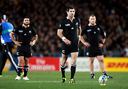 © Andrew Fosker / Seconds Left Images 2011 - New Zealand's Stephen Donald walks forward to take a crucial  penalty watched by New Zealand's Piri Weepu (L) - France v New Zealand - Rugby World Cup 2011 - Final - Eden Park - Auckland - New Zealand - 23/10/2011 -  All rights reserved..